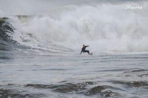 Alvaro de Gijon Surf Hostel haciendo surf